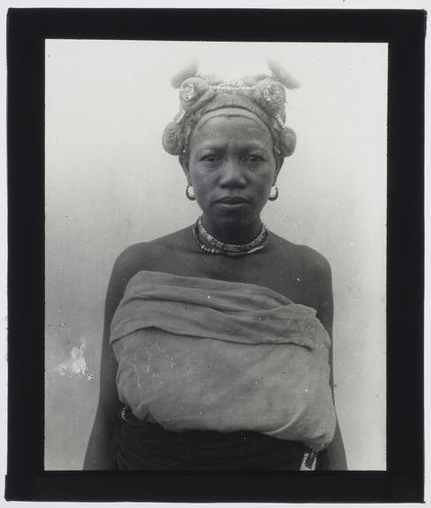 Sans titre [portrait d'une Malgache vue de face portant des bijoux et une coiffure élaborée]