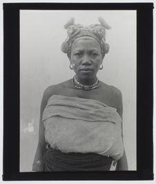 Sans titre [portrait d'une Malgache vue de face portant des bijoux et une...