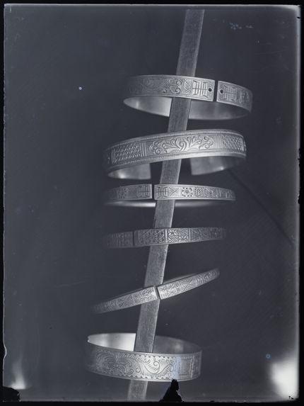 Bracelets man : So'n Ti, Pan Gni et Lan Tiên [six bracelets de métal travaillé]