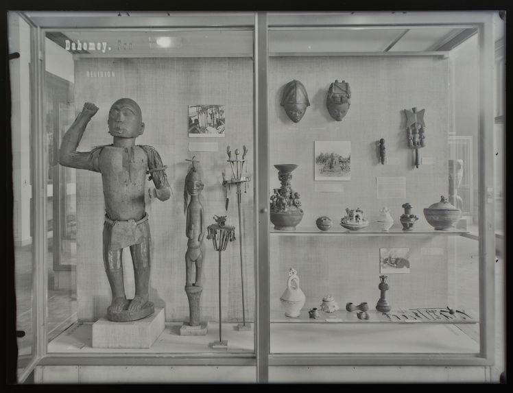 Sans titre [vitrine sur les Dahomeys/Fon]