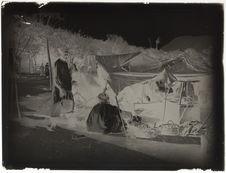 Sans titre [hommes sous une tente]
