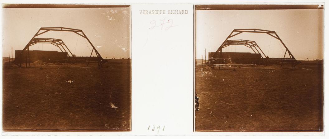 F. Divers de Ouargla et environs. Construction du hangar pour auto et tramway. Quatre fermes dressées