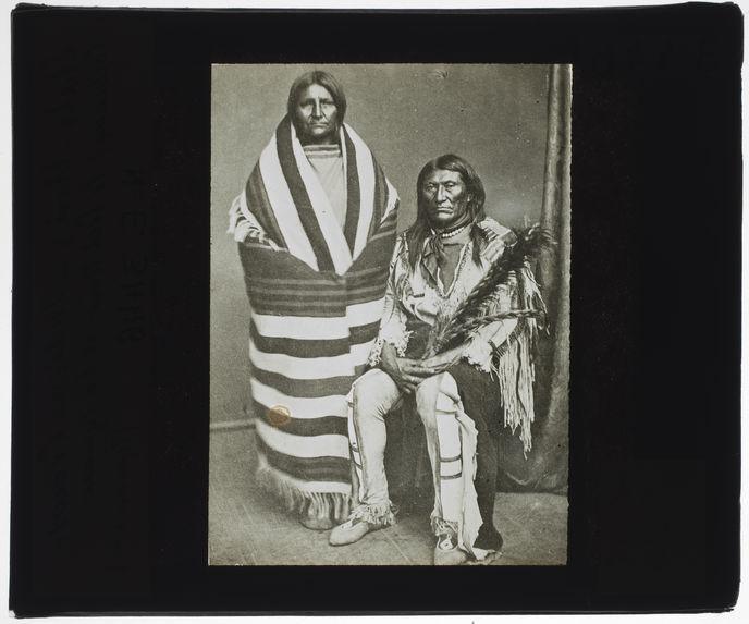 Indiens Crows (Corbeaux). Le Pied Noir et sa squaw