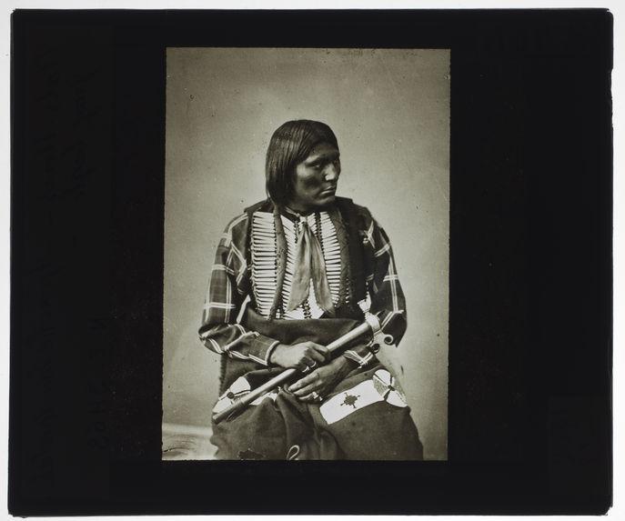 Apache Essa Quetah, Gray Eagle. [Portrait d'un homme assis]