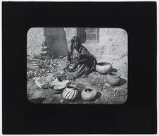 Femme moki faisant la poterie