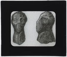 Tête humaine sculptée en bois de renne. [Reproduction]