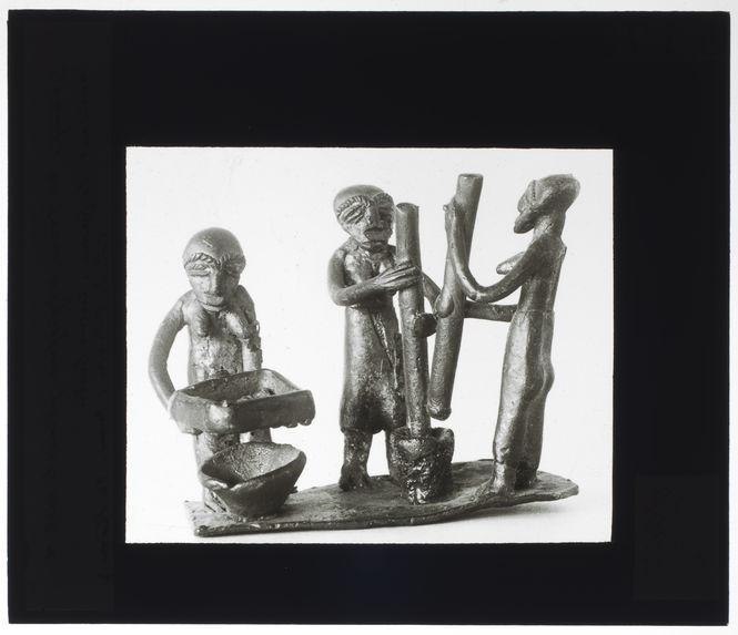 Groupe de trois négresses, cuivre fondu