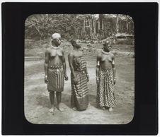 Deux femmes Dzem, au milieu une femme Bangala