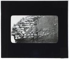 Mur en galets et pierres plates