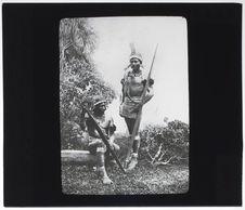 Amanas. Indiens anthropophages assis et debout avec armes et ornements