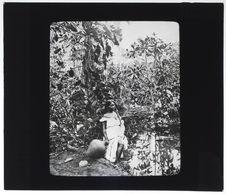 Indienne Tecuna puisant de l'eau