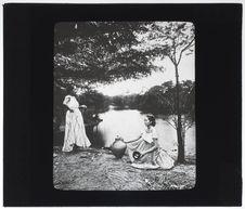 Femmes Métis au bord d'un lac