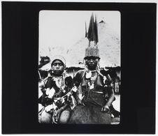 Jeune couple Tikuna en costume de mariage