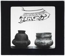 Fragment de vase peint et urnes funéraires