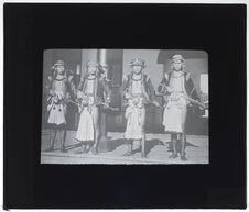 Indigènes en costume de danse