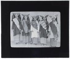 Femmes de Minangkaban en tenue de fête ou de noce
