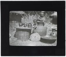 Table, amphore, gâteau de malt, terrine en bois contenant du guecho, cruche