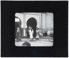 Juif et Juive sortant de la porte du Mellah
