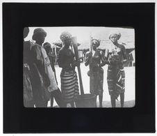 Jeunes femmes peuls pilant le mil