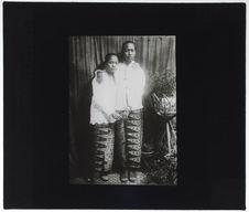 Jeunes malaises, vêtues de sarong et de kabaja