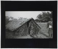 Cabinda cousant des feuilles pour son toit