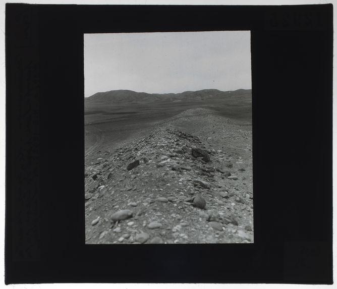Le mur dans la pampa au Nord du Cerro de la Horca
