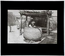 """Femme Apache finissant un """"grenier"""" [dessin]"""