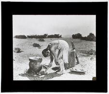 Femme cuisant du maïs [figurine]