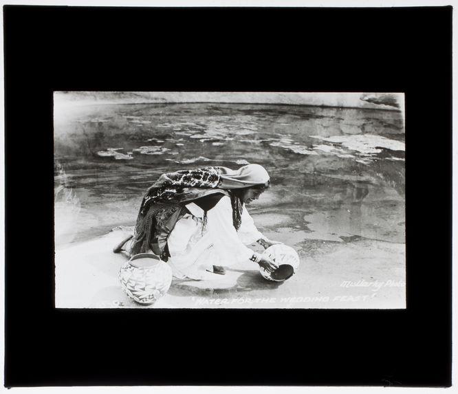 Femme du pueblo de Zia [?] cherchant de l'eau