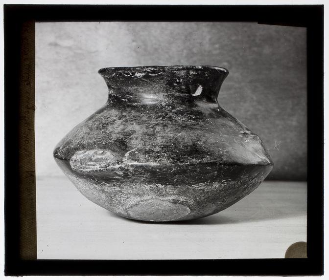 Vase en terre cuite engobe noire