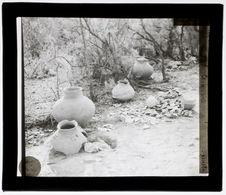 Urnes funéraires et fragments de poterie