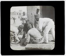 Tirailleurs faisant des briques