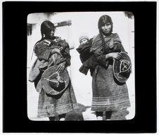 Sans titre [deux femmes portant leurs jeunes enfants]