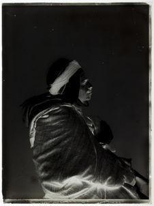 Sans titre [portrait de profil d'un homme assis]