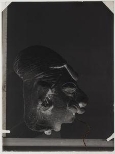 Tête humaine à crâne déformée en céramique grise