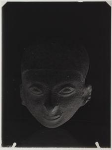 Tête humaine à crâne déformée en céramique brunâtre