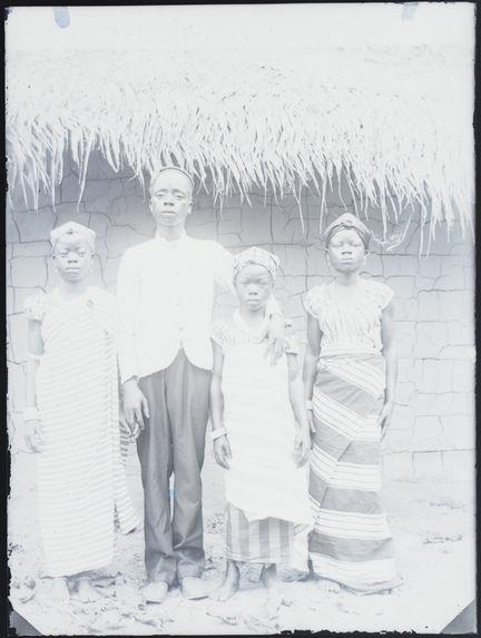Ayémou, sa femme et ses sœurs