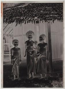 Femme Papoua avec enfant et ses deux soeurs