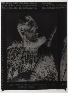 Vieux chef Maori en ancien costume et avec tatouage facial