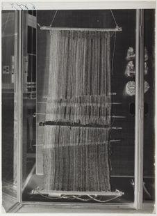 Métier à tisser et robe