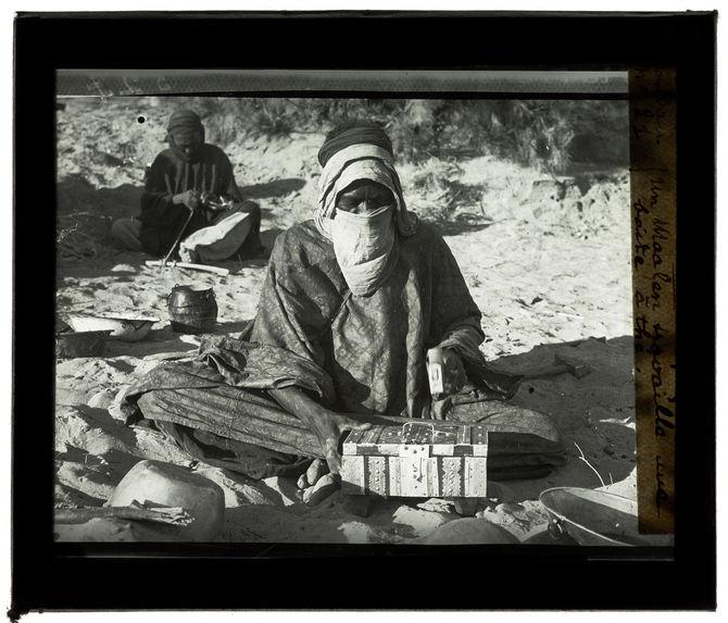 Un maalen travaille une boite à thé
