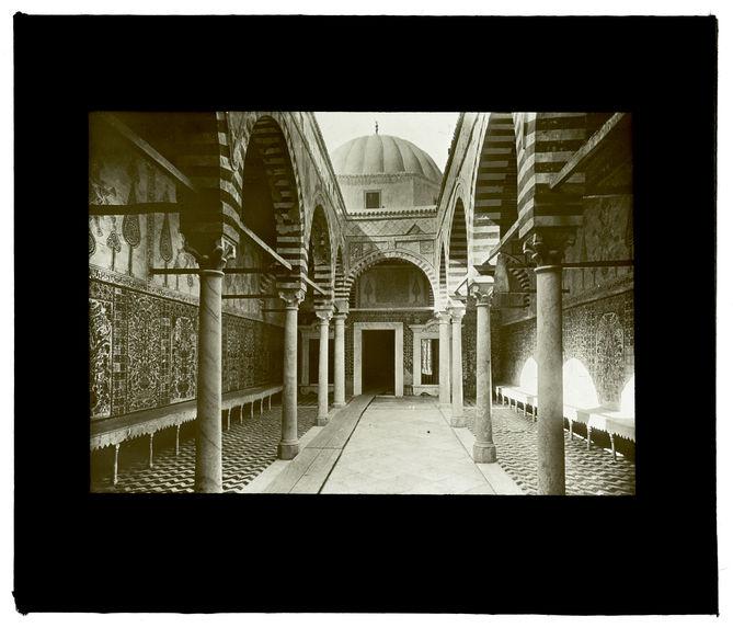 Kairouan. Intérieur de la mosquée du Barbier