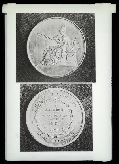 La médaille décernée à Rohlfs par la Société de géographie à Paris