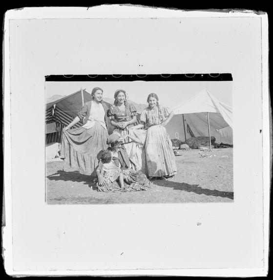 Sans titre [portrait de femmes et d'enfants du camp tzigane d'Antofagasta]