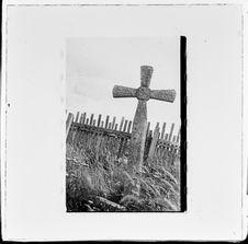 Sans titre [une croix dans un ancien cimetière]