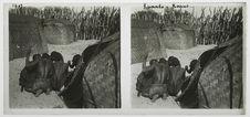 Kuando-Kapui [hommes dans un village]