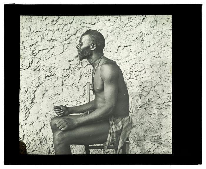 Type de Luchazi, haute Luanginga, 25 septembre 1913 [homme assis, de profil]
