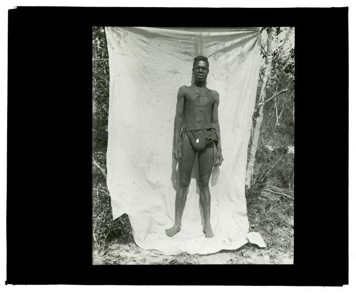 Type de Luchazi, bords de la Luanginga, campement du 25 septembre 1913 [homme de face]