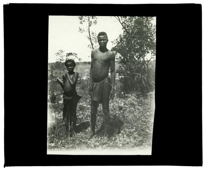 Types de Mokomas, confluent Mosuma-Luanginga, 14 octobre 1913 [jeune homme et enfant]