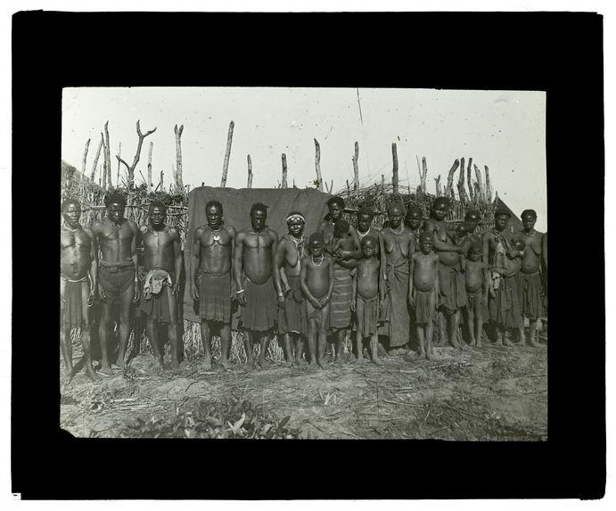 Type de Wamashis portant son enfant, Kamunyiama entre Capui et Loéti 9 novembre 1913 [groupe de personnes]